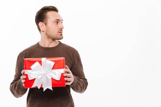 Jeune Homme Avec Surprise Boîte Cadeau. Photo gratuit