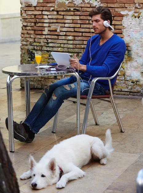 Jeune homme avec tablette tactile avec chien Photo Premium
