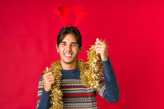 Jeune homme tenant un cadeau le jour de noël Photo Premium