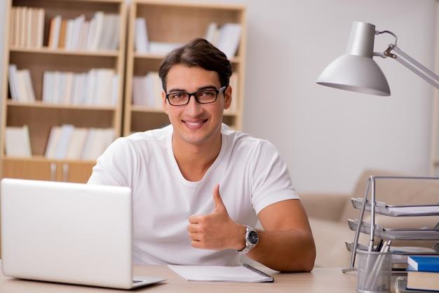 Jeune homme travaillant au bureau Photo Premium