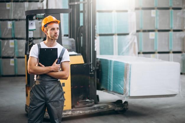 Jeune Homme Travaillant Dans Un Entrepôt Avec Des Boîtes Photo gratuit