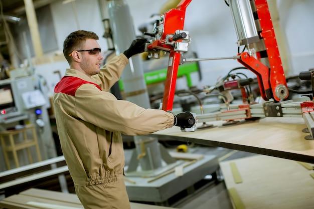 Jeune Homme Travaillant Dans L'usine De Meubles Photo Premium