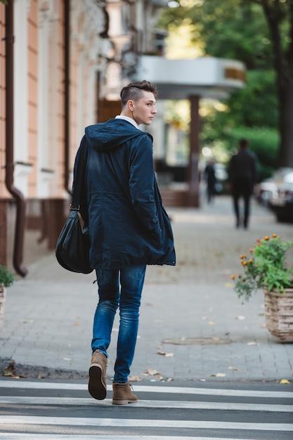 Jeune Homme Traverser La Rue Photo gratuit