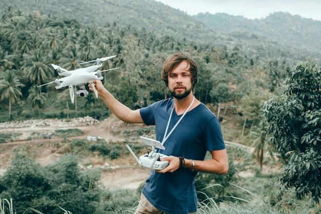Jeune homme utilise dron, Photo gratuit