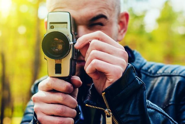 Jeune homme avec une vieille caméra Photo Premium