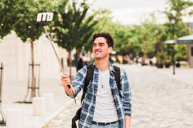 Jeune Homme Voyageant Autour Du Monde Photo gratuit