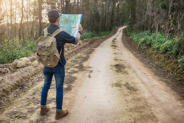 eb1c3760c56 jeune-homme-voyageur-sac-dos-relaxant-plein-air-montagnes-rocheuses-arriere-plan-idees-vacances-ete-style-vie 1423-432.jpg