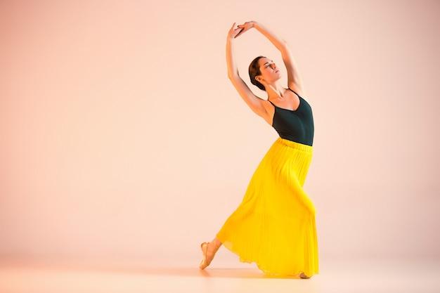 Jeune Et Incroyablement Belle Ballerine Danse Au Studio Photo gratuit