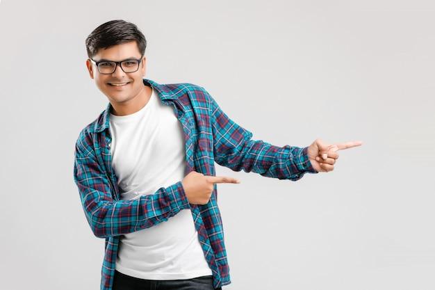 Jeune indien montrant la direction avec la main Photo Premium
