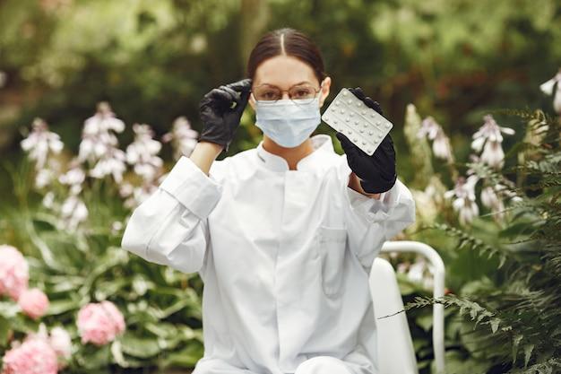 Jeune Infirmière En Plein Air. Une Femme Docteur. Médecin Avec Des Pilules Dans Ses Mains. Photo gratuit