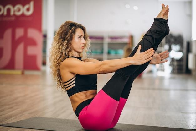 Jeune instructeur de yoga au centre de fitness Photo gratuit