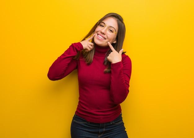 Jeune, Intellectuel, Femme, Sourires, Pointage, Bouche Photo Premium