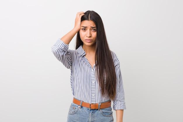 Jeune jolie femme arabe choquée, elle s'est souvenue d'une réunion importante. Photo Premium