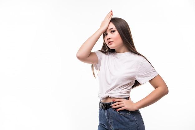 Jeune Jolie Femme Asiatique Oubliant Quelque Chose, Giflant Le Front Avec La Paume Et Fermant Les Yeux Photo gratuit