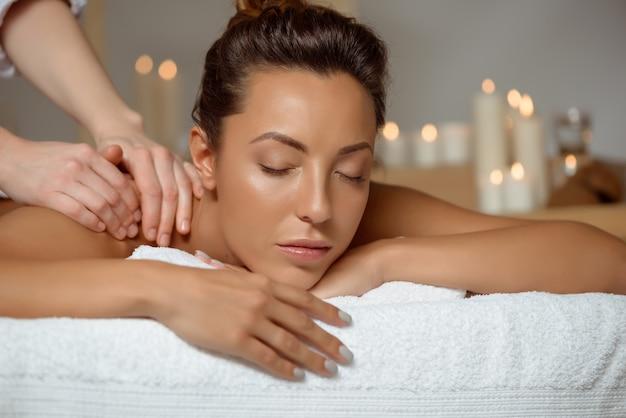 Jeune Jolie Femme Ayant Massage Relaxant Dans Le Salon Spa. Photo gratuit