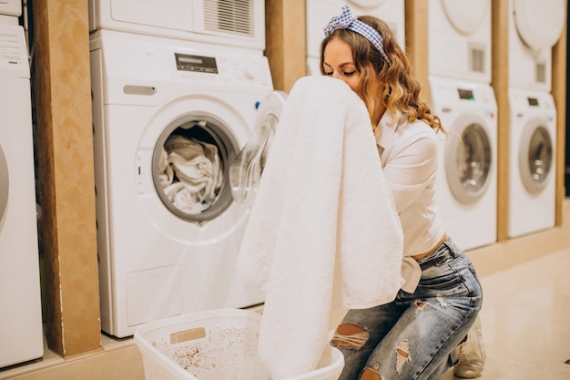 Jeune Jolie Femme Dans Une Laverie Photo gratuit