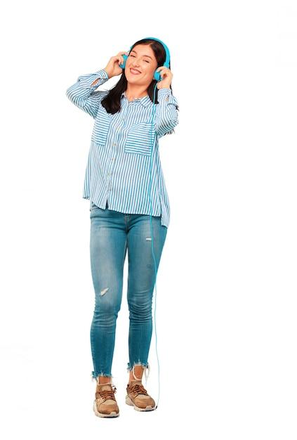 Jeune jolie femme écoutant de la musique avec un casque Photo Premium