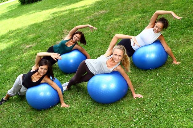 Jeune Et Jolie Femme Faisant Des Exercices De Fitness Photo gratuit