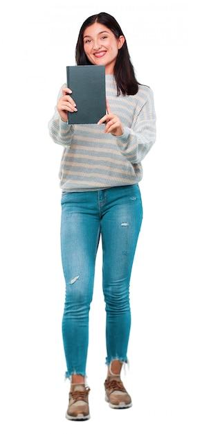 Jeune jolie femme avec un livre Photo Premium