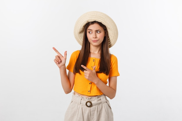 Jeune jolie femme à la malheureuse et stressée, geste de suicide faisant signe de pistolet avec la main, pointant pour copier l'espace. Photo Premium