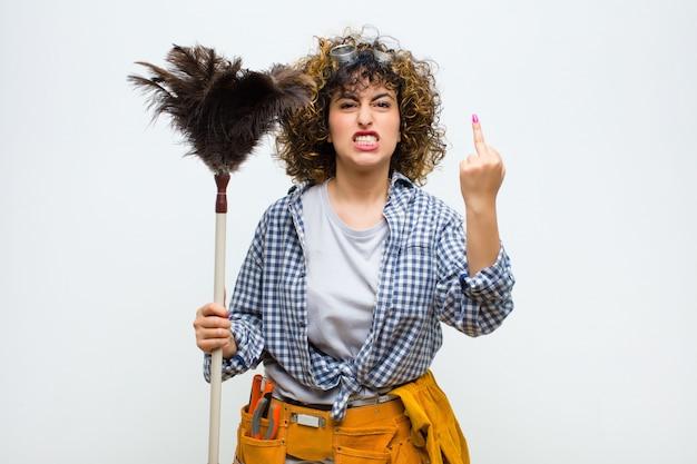 Jeune Jolie Femme De Ménage Avec Un Plumeau Photo Premium