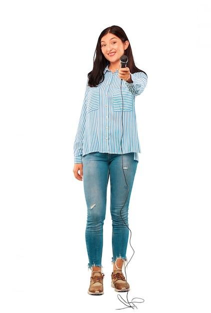 Jeune jolie femme avec un microphone Photo Premium