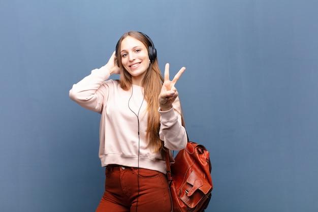 Jeune jolie femme mur bleu avec un espace de copie Photo Premium