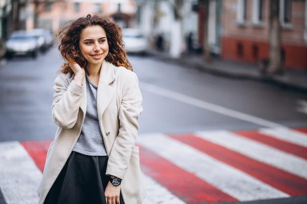 Jeune jolie femme sur un passage pour piétons Photo gratuit