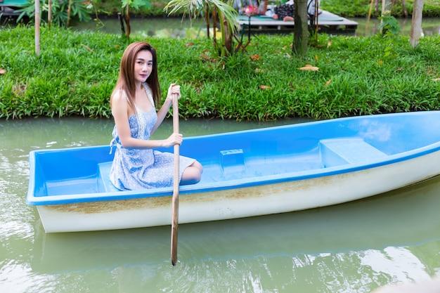 Jeune Jolie Femme Relaxante En Bateau A Rames Photo Gratuite