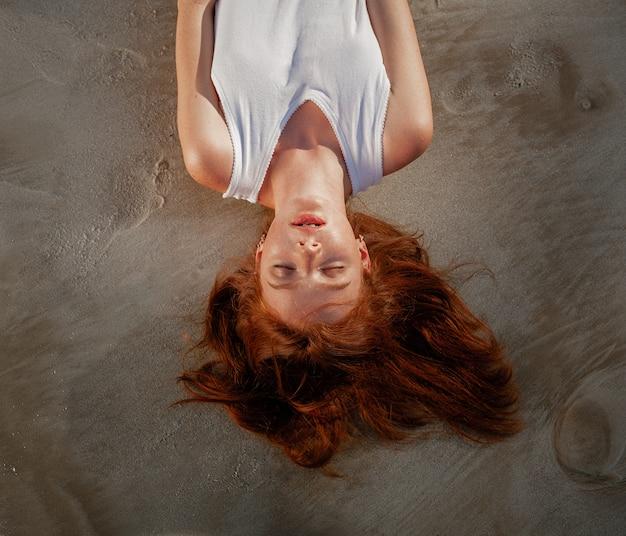 Jeune jolie femme rousse Photo Premium