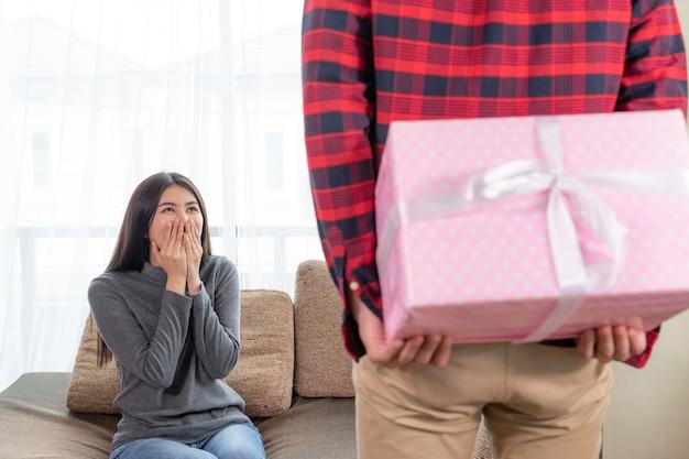 Jeune jolie femme se sentir excitée de recevoir le cadeau de son petit ami Photo gratuit