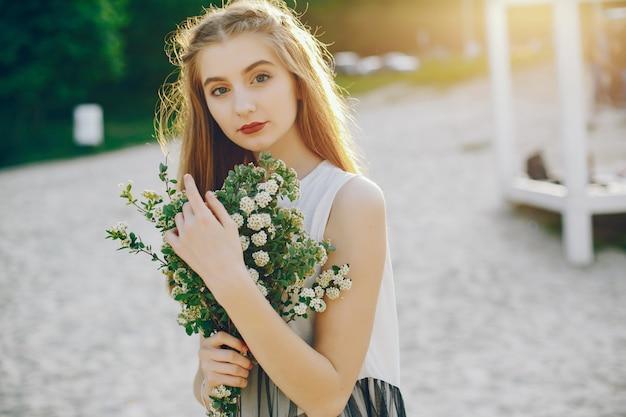 Jeune et jolie fille dans un parc d'été Photo gratuit