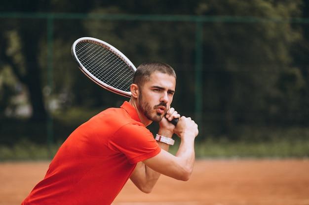 Jeune joueur de tennis sur le court Photo gratuit