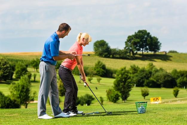 Jeune joueuse de golf sur le parcours Photo Premium