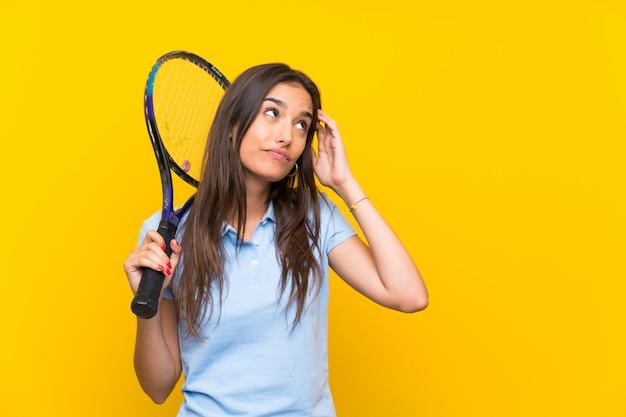 Jeune joueuse de tennis ayant des doutes et avec une expression du visage confuse Photo Premium