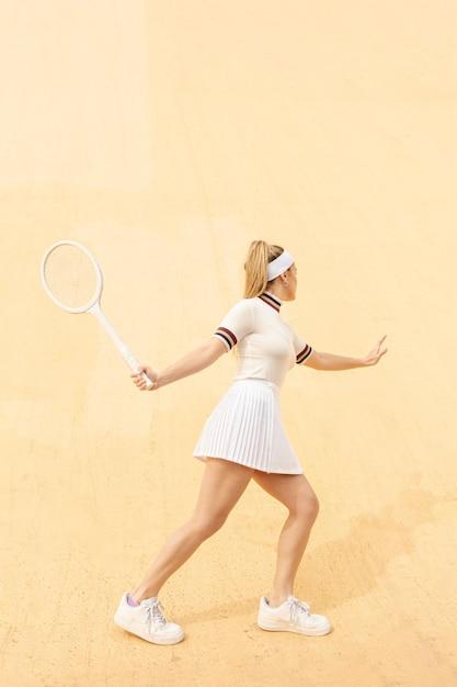 Jeune joueuse de tennis courir après la balle Photo gratuit