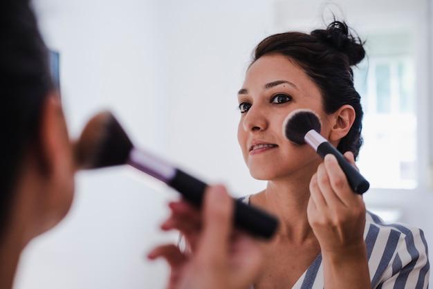 Jeune latina se maquiller Photo Premium