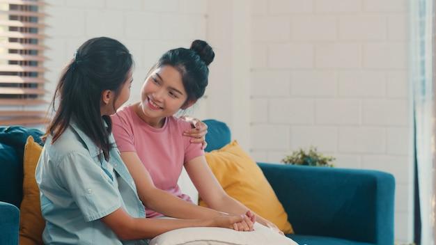 Jeune lesbienne lgbtq asiatique couple asiatique embrasser et embrasser à la maison Photo gratuit
