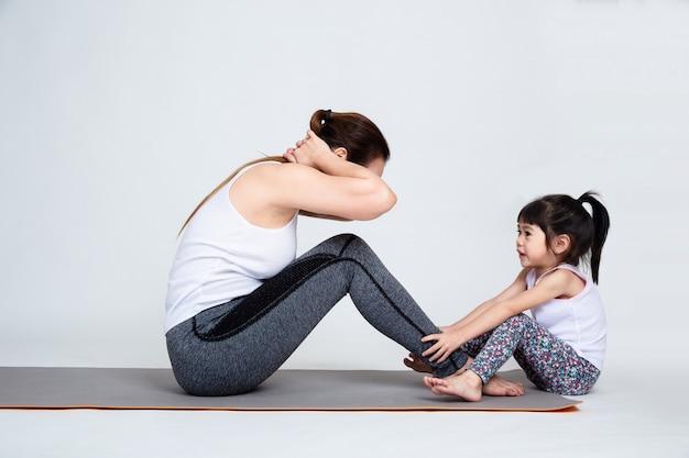 Jeune maman formation belle fille avec gymnastique Photo gratuit
