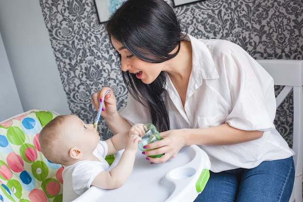 Jeune Maman Nourrit Son Petit Bébé Photo Premium