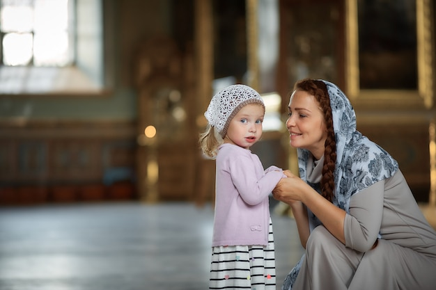 Jeune maman et sa petite fille blonde caucasienne Photo Premium