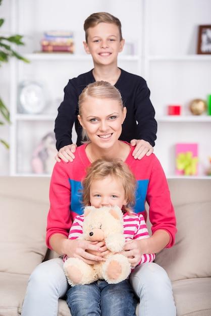 Jeune maman et ses deux enfants. famille heureuse. Photo Premium