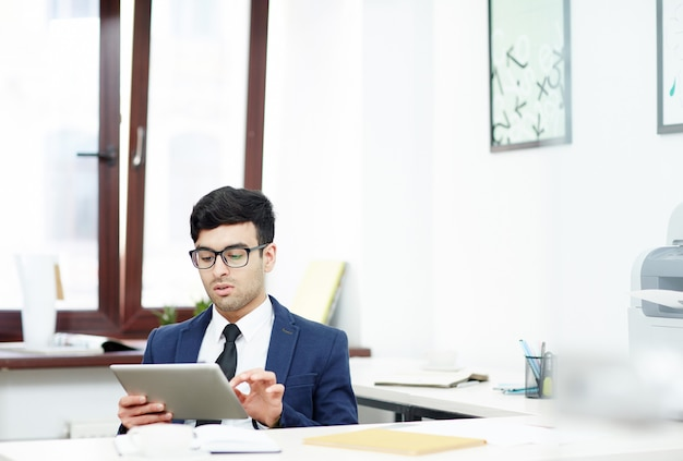 Jeune manager enveloppé dans le travail Photo gratuit