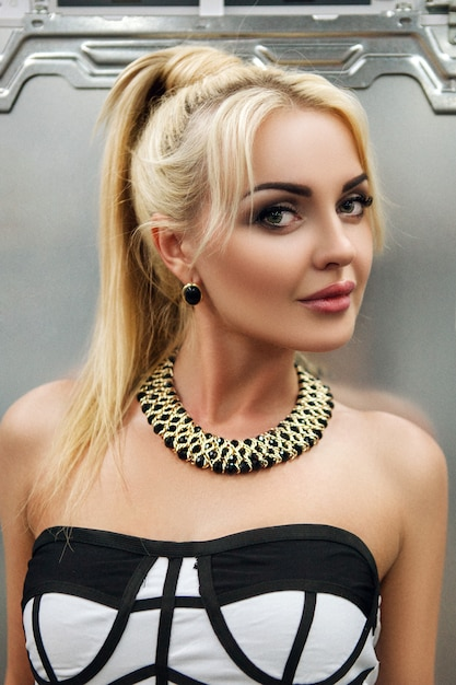 Jeune Mannequin Blondie Pose Avec Un Frigo Photo Premium