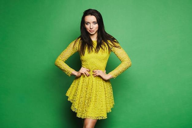 Jeune Mannequin Femme Aux Yeux Bleus Et Maquillage Lumineux En Robe Jaune Courte Isolée Photo Premium