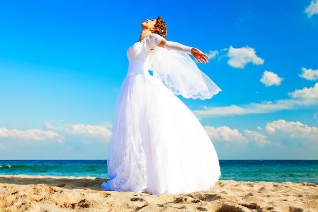 Jeune mariée sur la plage Photo Premium