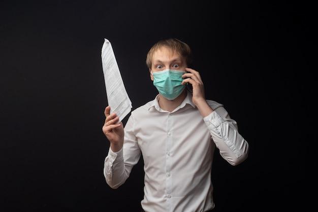 Un Jeune Médecin étudie Les Papiers Et Se Dispute Au Téléphone En Raison De Mauvais Résultats. Photo Premium