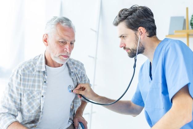 Jeune médecin examinateur Photo gratuit