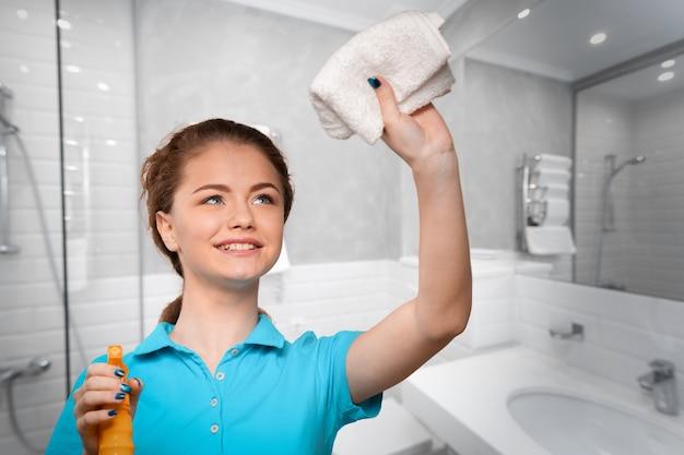 Jeune ménagère en ménage Photo Premium