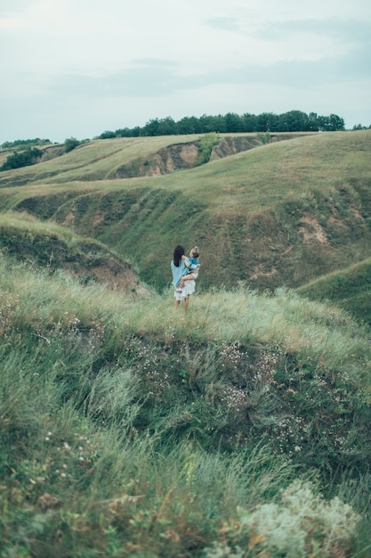 La Jeune Mère Et Fille Sur L'espace D'herbe Verte Photo gratuit